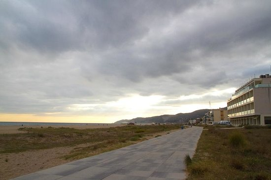 Apartamentos Marfina: пешеходная дорожка рядом с отелем