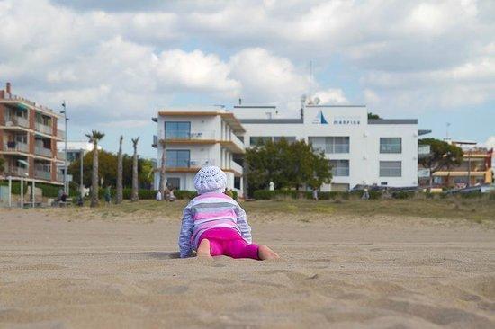 Apartamentos Marfina: вид от моря на отель