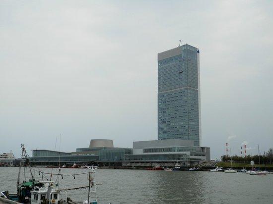 Hotel Nikko Niigata: 信濃川の対岸からのホテル外観