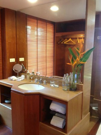 Nakamanda Resort & Spa : Large bathroom with two of this sink/space