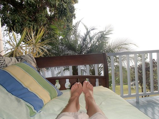 Ka'awa Loa Plantation: daybed relaxation on the lanai