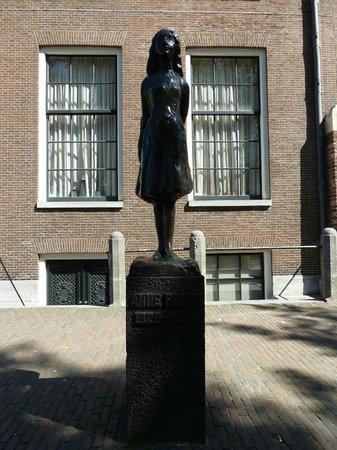 La statua dedicata a anne frank foto di casa di anna frank amsterdam tripadvisor - Casa anna frank ...