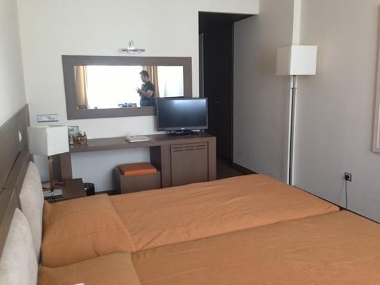 Amalia Hotel: une chambre donnant sur une rue perpendiculaire à l'avenue