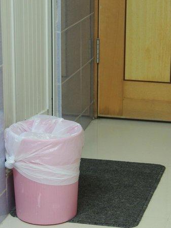New Yiu Fai Guest House: trash bin