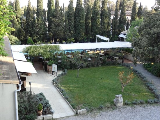 Hotel Restaurant Les Cedres : vue sur la terrasse du resto et la piscine