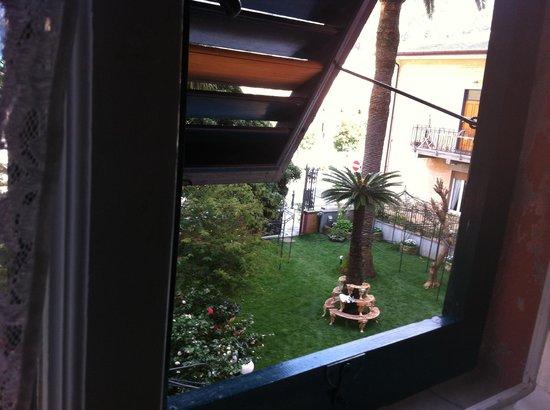 Hotel Stella Maris: La vista sul giardino dalla camera