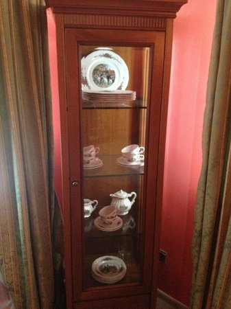 Boutique Hotel Vozdvyzhensky: China Wae cabinet in the room
