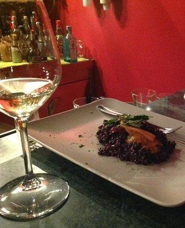 Maremosso : un risotto spettacolare al riso nero e erbette croccanti. la menta era spettacolare.