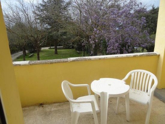 La Closeraie : La terrasse décrépie et non nettoyée