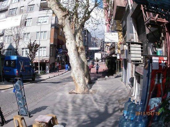 Golden Crown Hotel: торговая улица около отеляю ковровый базар