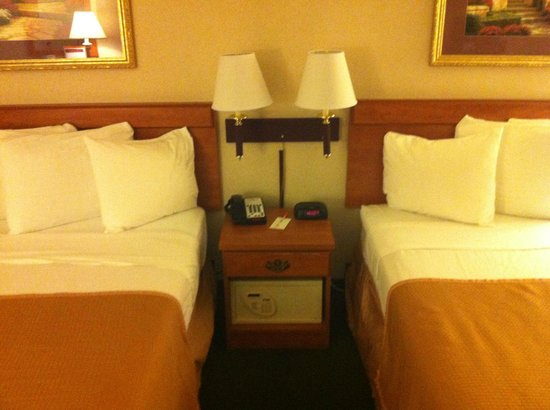 Hotel Aura San Bruno: Glad to see an in-room safe.