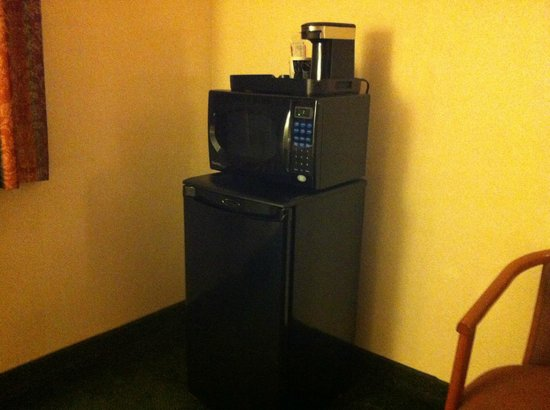 Hotel Aura San Bruno: Small fridge, microwave, and coffee machine.