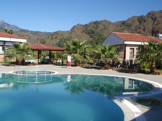 Nerissa Hotel : en arrière-plan les Chimaeras