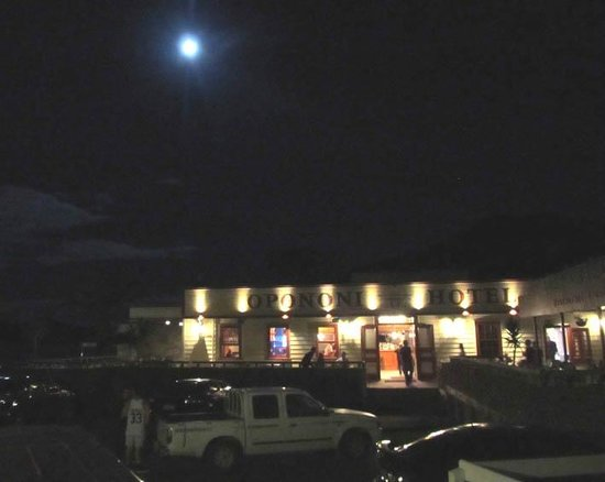 Opononi Hotel Limited: evening bar and restaurant