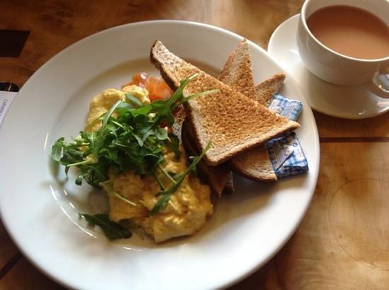 Cafe Gandolfi : scrambled eggs with smoked salmon and toast