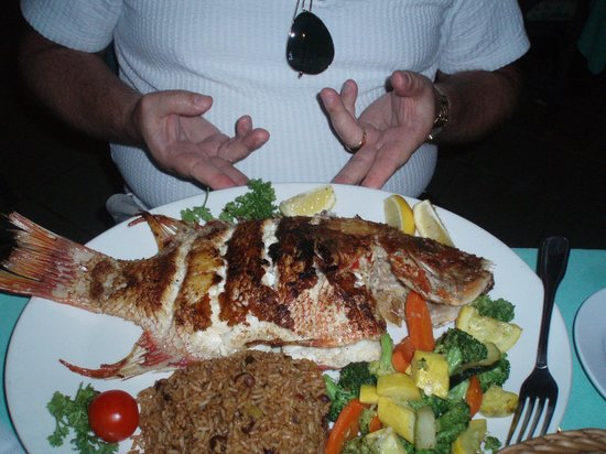 Sandyport Beach Resort: Fresh Snapper at the Poopdeck