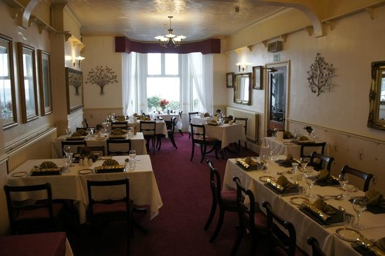 Plas Isa Hotel: dinning room set for christmas day