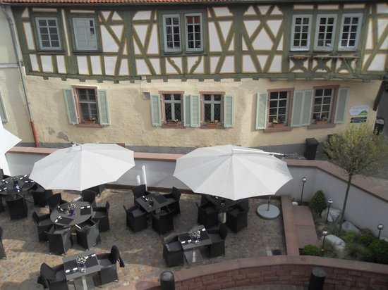 Hotel Restaurant Kaiser: Outside restaurant seating from my room.