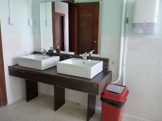 Grand Hotel Helensville: communal bathroom