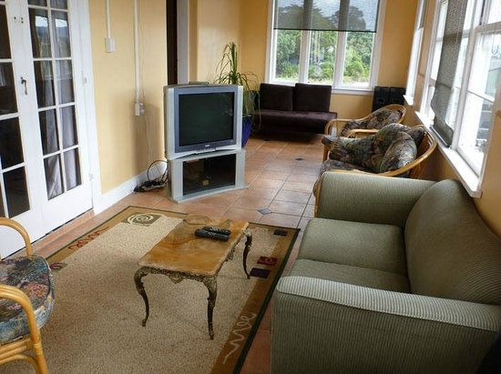 Grand Hotel Helensville: TV room on streetside