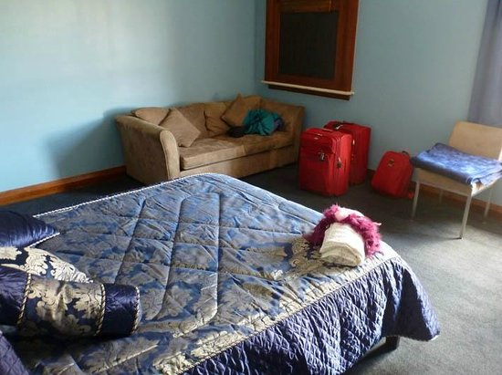 Grand Hotel Helensville: blue roon with hatch