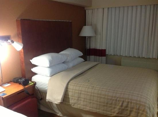 Four Points by Sheraton Kamloops: twin double bed room