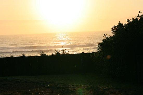 The Spot Backpackers: Blick vom Garten auf das Meer...am Morgen...