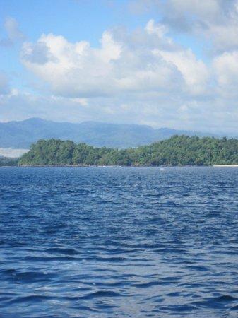 Gangga Island Resort & Spa: Sailing by....