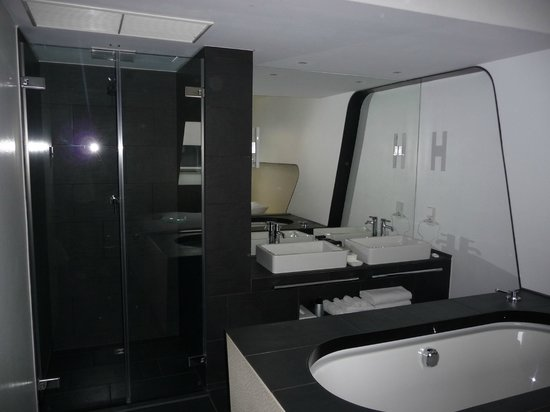 Hotel Q!: Badezimmer-Bereich neben dem Schlaf-Bereich