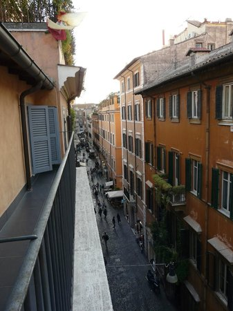 Condotti Hotel: View to Via della Croce