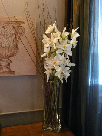 Condotti Hotel: Flowers in the room