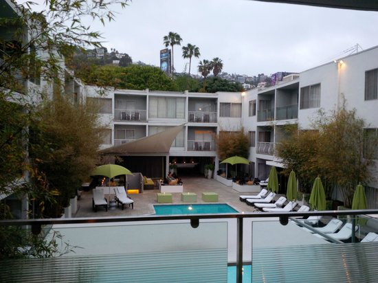 Sunset Marquis: Overlooking the main hotel area, Hollywood Hills above.