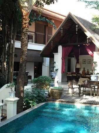 Tri Yaan Na Ros Colonial House: vue de nos chambres à gauche de la réception.