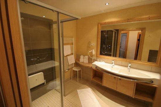 Bauernhof Hotel Oberschwarzach: View of bathroom and shower