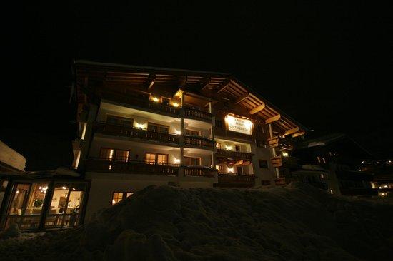 Bauernhof Hotel Oberschwarzach: View of hotel at night
