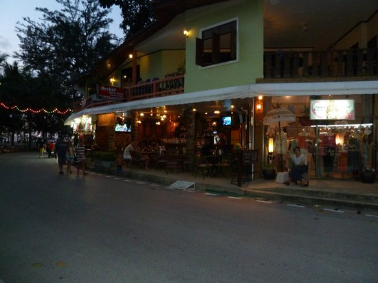 PapaCrab Boutique Guesthouse: Pub opposite PapaCrab