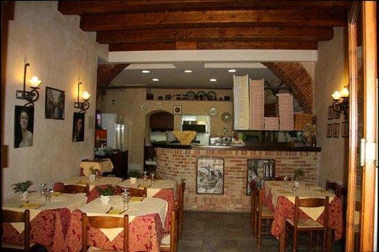 la prima sala con vista del forno a legna e della cucina - Foto di U ...