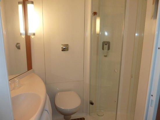 Hotel Ibis Golfe de Saint Tropez : salle de bain