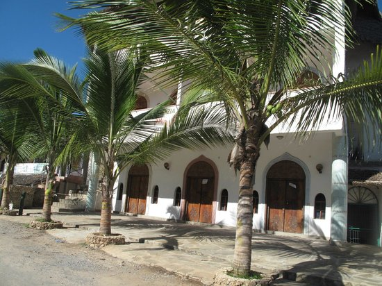 Temple Point Resort: Watamu streets