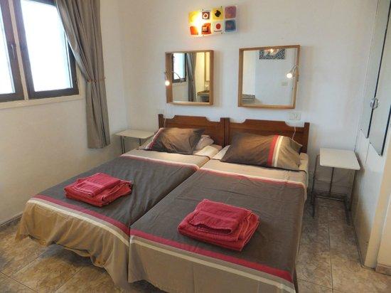 Las Vistas: twin bedded bedroom
