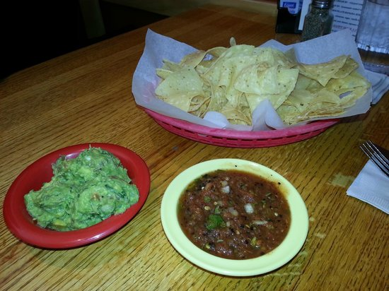 Ed's Cantina & Grill: Chips, Salsa, Guacomole