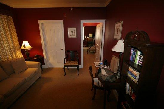 Almondy Inn: Sitting Room in Burgundy Suite