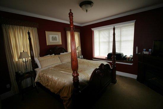 Almondy Inn: Bedroom in Burgundy Suite