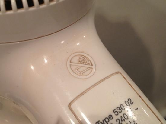 Hotel Regina Barcelona: Grime embedded on hair dryer