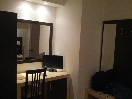 Hotel I Due Cigni: scrivania e armadio
