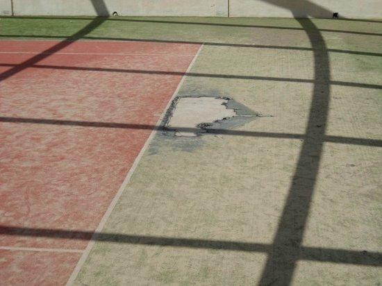 VIK Suite Hotel Risco del Gato: Dodgy tennis court surface