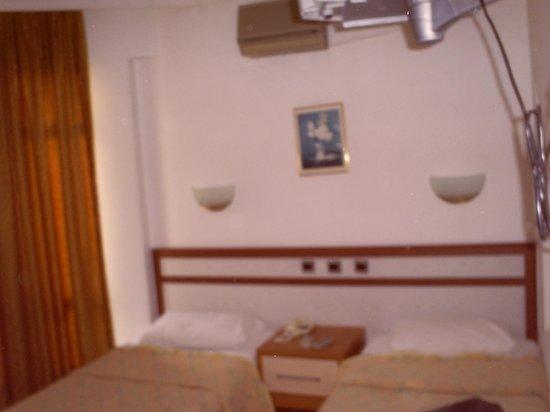 Burhaniye, تركيا: Normal bir oda ama klimadan su damlıyordu.Sağ üstten görünen beyaz cisim tv.