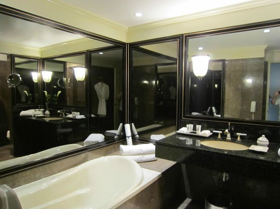 Miraflores Suites in Lima Peru: Wonderful bathroom with soaking tub and separate shower