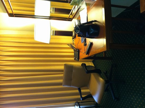 Doubletree Hotel Chicago Oak Brook: Desk Area