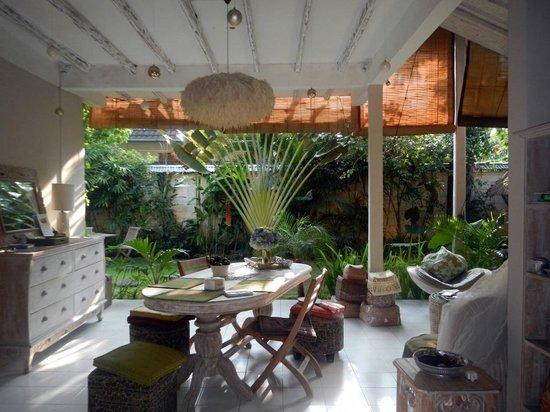 Casa Mia BnB Bali Seminyak: Dining, living space